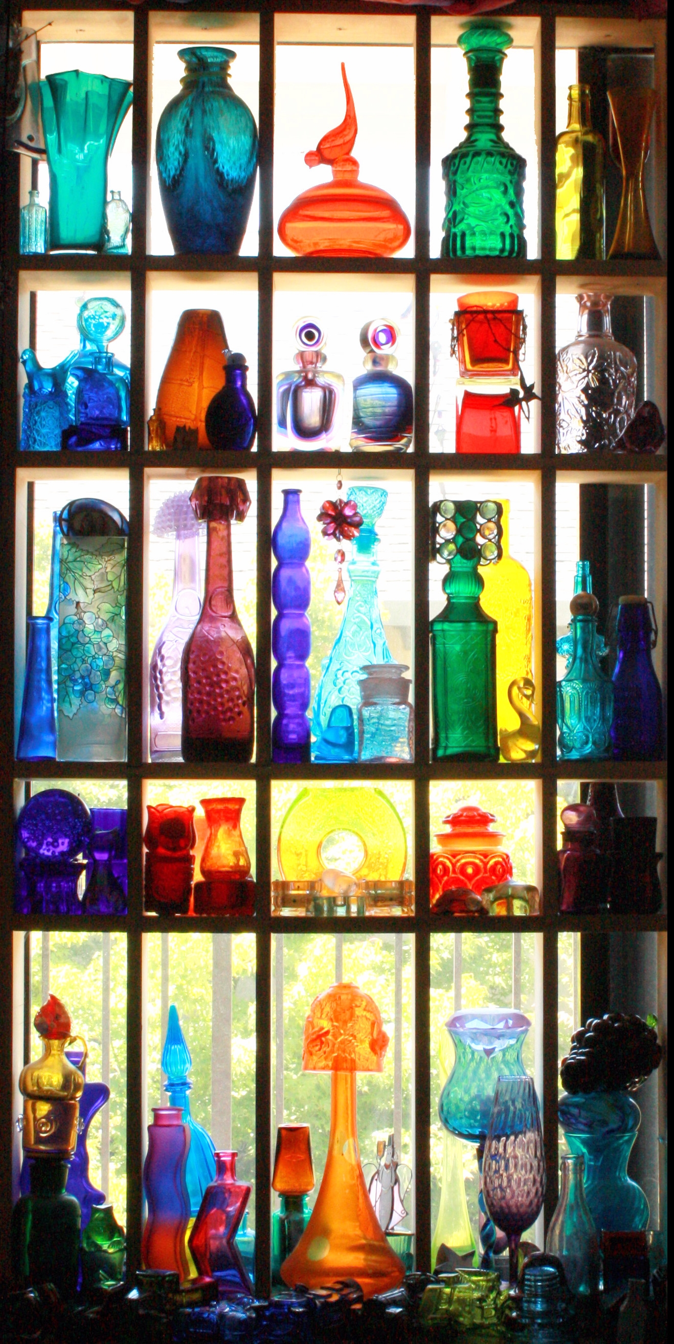 5 Astuces Dco Qui Ne Cotent Rien Coloured Glass Gypsy Rose With Coloured Glass Shelves (#3 of 15)