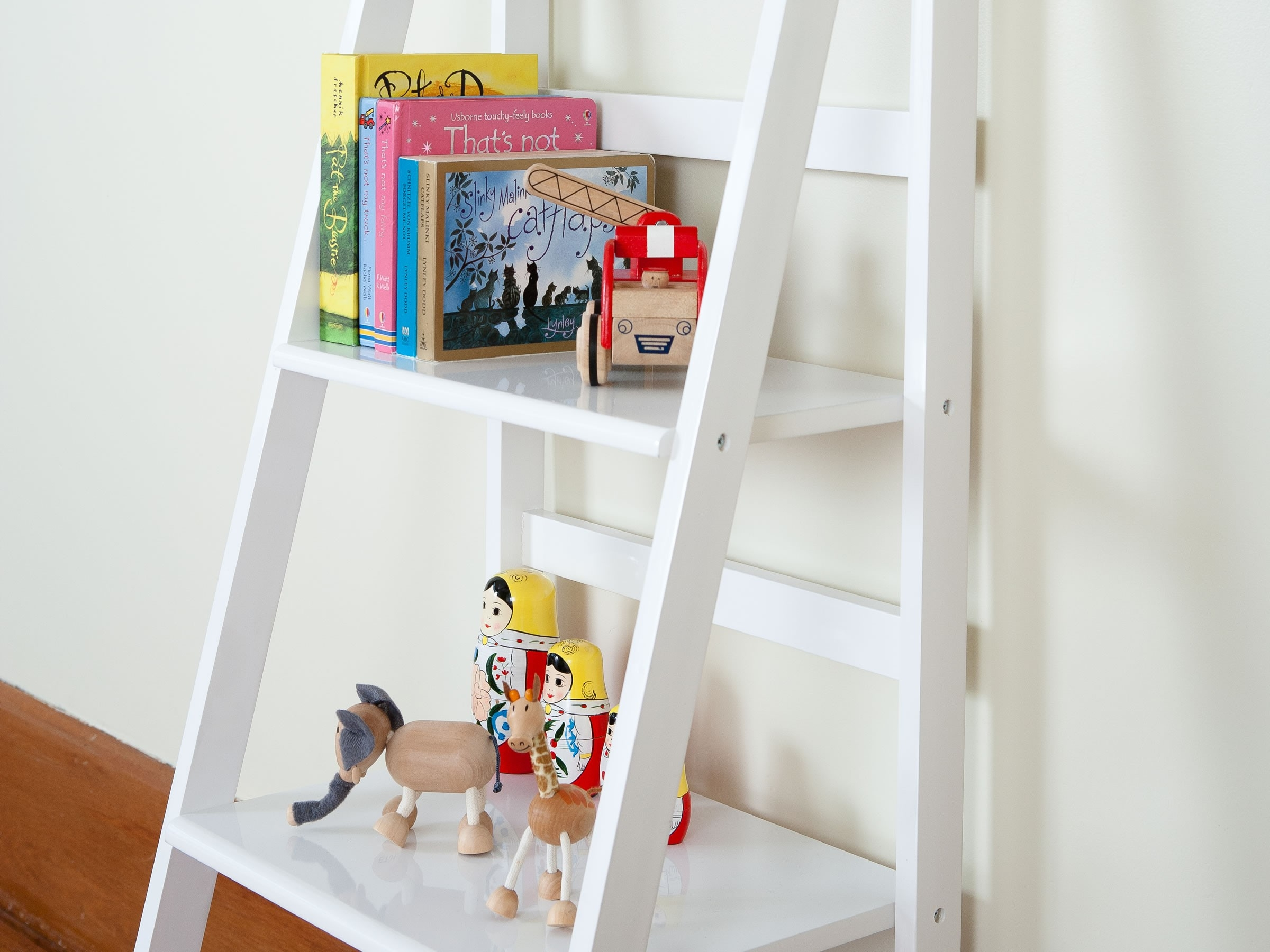 Modern White Ladder Shelf For Elegant Room Design Optimizing In White Ladder Shelf (View 9 of 15)