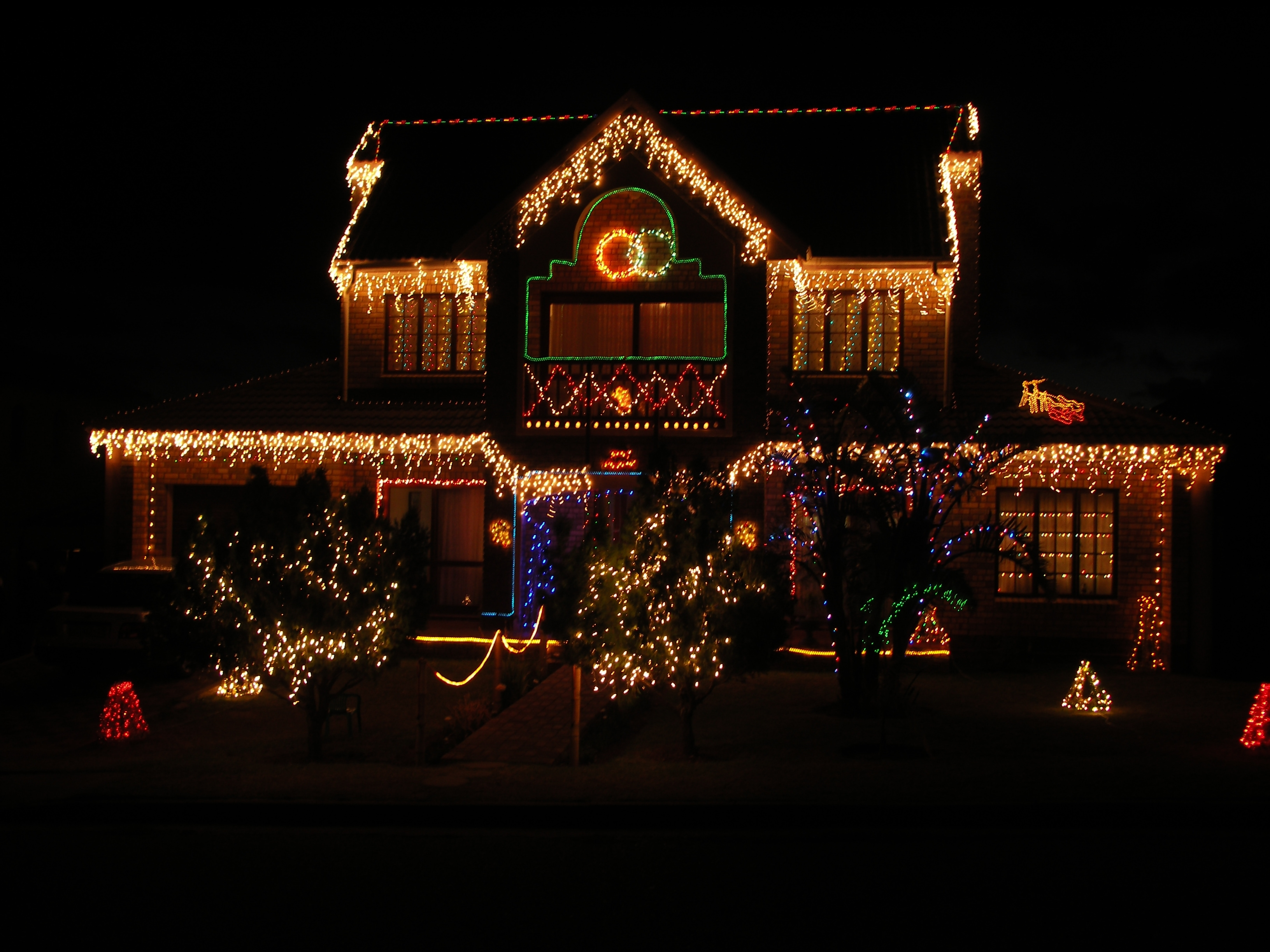 Tips For Safely Fitting Christmas Lights To Your Roof – Ploughcroft Ltd Within Outdoor Wall Xmas Lights (#14 of 15)