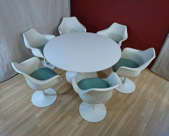 Saarinen Pedestal Dining Table And 6 Armchairsknoll Throughout Trendy Johnson Round Pedestal Dining Tables (View 11 of 20)
